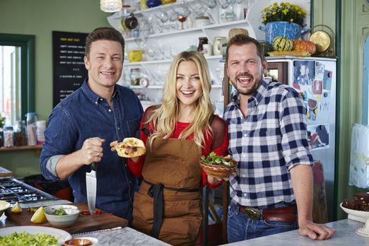 Jamie (l.) und Jimmy (r.) kochen zusammen mit Schauspielerin Kate Hudson (M.)...