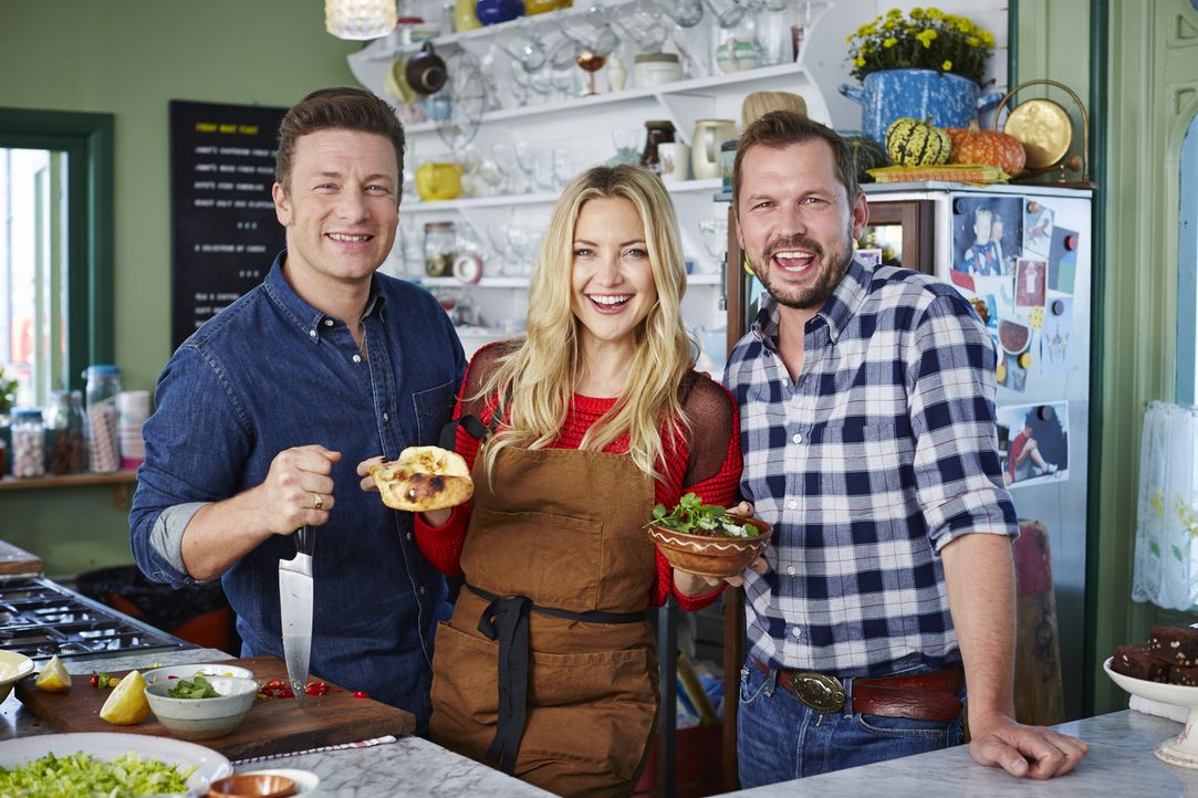 Jamie (l.) und Jimmy (r.) kochen zusammen mit Schauspielerin Kate Hudson (M.) im Café und machen sich danach auf den Weg, um Gemüse vor dem Müll zu...