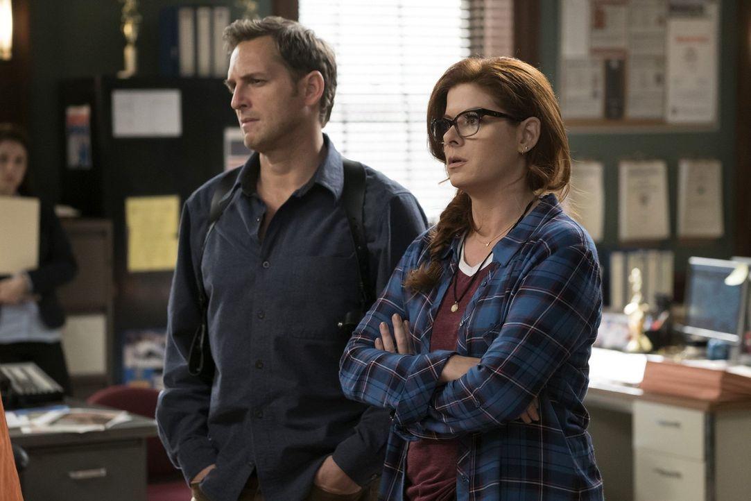 Jake (Josh Lucas, l.) und Laura (Debra Messing, r.) bekommen es mit einem Mordfall zu tun, der sehr einer Mordserie des Killers St. Valentine gleich... - Bildquelle: 2015 Warner Bros. Entertainment, Inc.