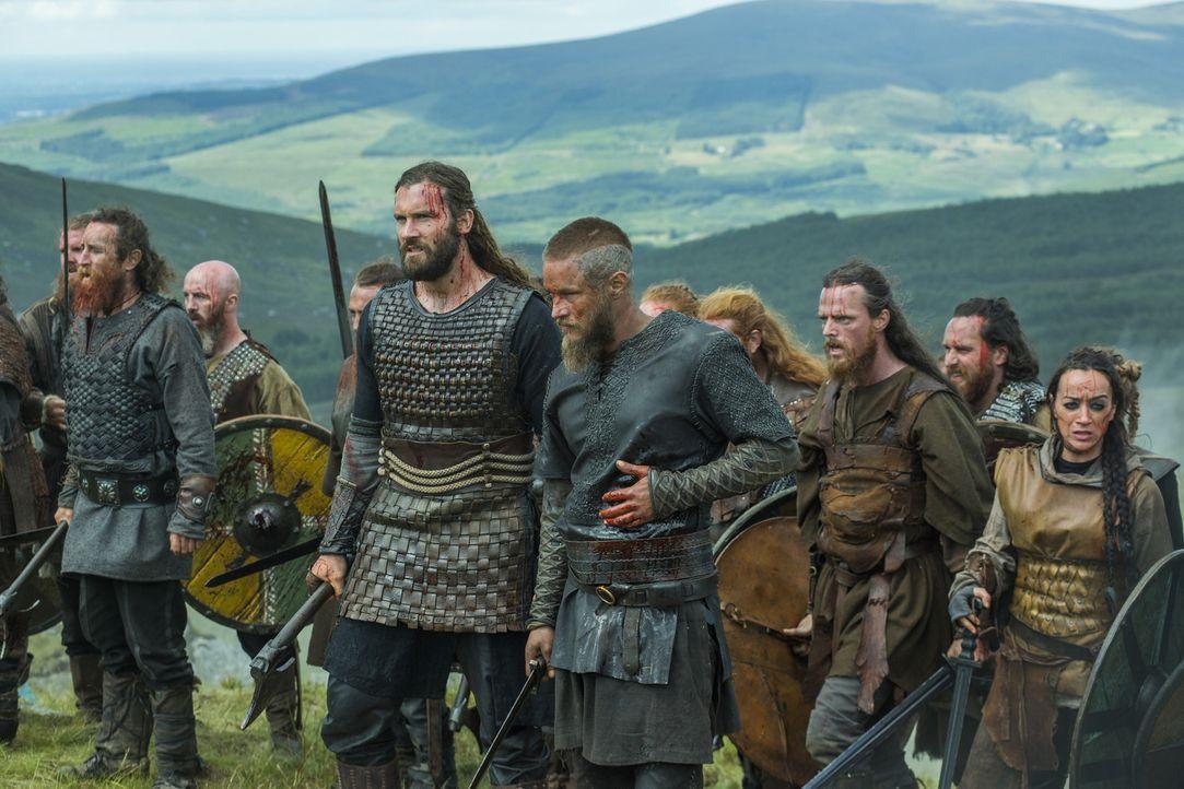 Nachdem sie Kwenthriths Onkel schon besiegt haben, ziehen Rollo (Clive Standen, vorne l.) und Ragnar (Travis Fimmel, vorne r.) in die Schlacht gegen... - Bildquelle: 2015 TM PRODUCTIONS LIMITED / T5 VIKINGS III PRODUCTIONS INC. ALL RIGHTS RESERVED.