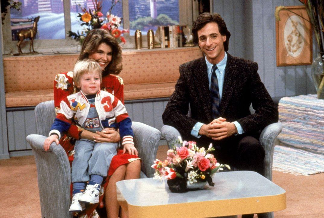 Danny (Bob Saget, r.) und Rebecca (Lori Loughlin, hinten l.) sind gerührt, als Rebeccas Neffe Howie (Kara/Kimberly Albright, vorne l.) und Michelle... - Bildquelle: Warner Brothers Inc.