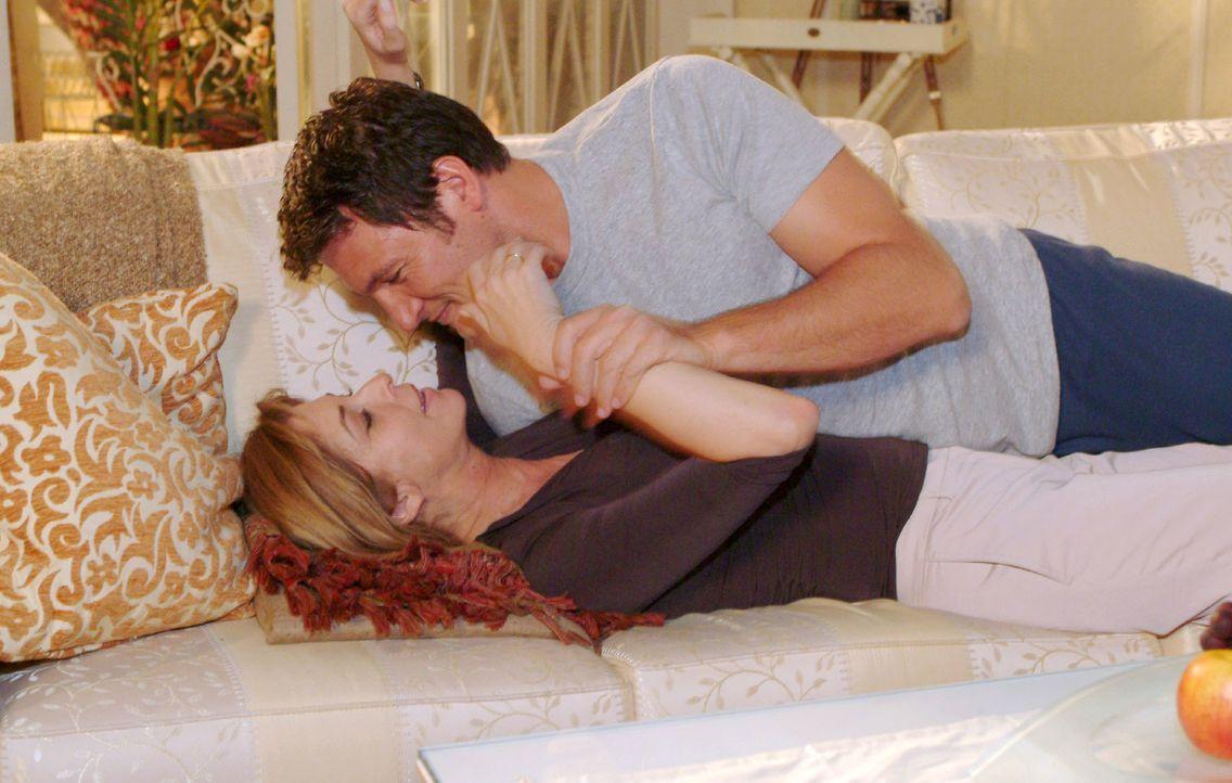 Laura (Olivia Pascal, l.) ermutigt Johannes (Dieter Bach, r.) sie zu küssen. Sie will sich endlich wieder spüren ... - Bildquelle: Monika Schürle Sat.1