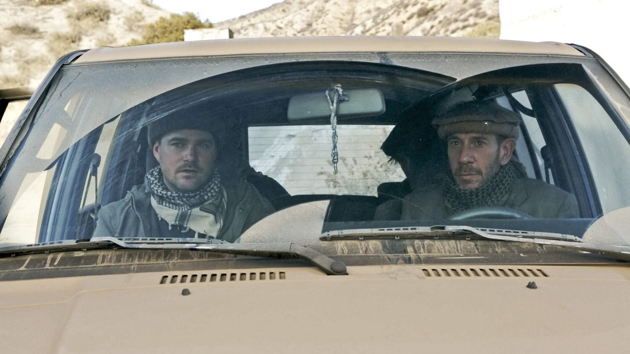 Dramatischer Rettungseinsatz für Kensi in Afghanistan: Callen (Chris O'Donnell, l.) und Granger (Miguel Ferrer, r.) ... - Bildquelle: CBS Studios Inc. All Rights Reserved.