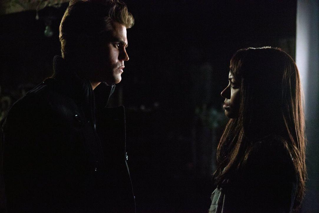 Stefan (Paul Wesley, l.) erklärt Bonnie (Kat Graham, r.), dass er und Damon vorhaben, ihre Mutter in eine Vampirin zu verwandeln ... - Bildquelle: Warner Brothers