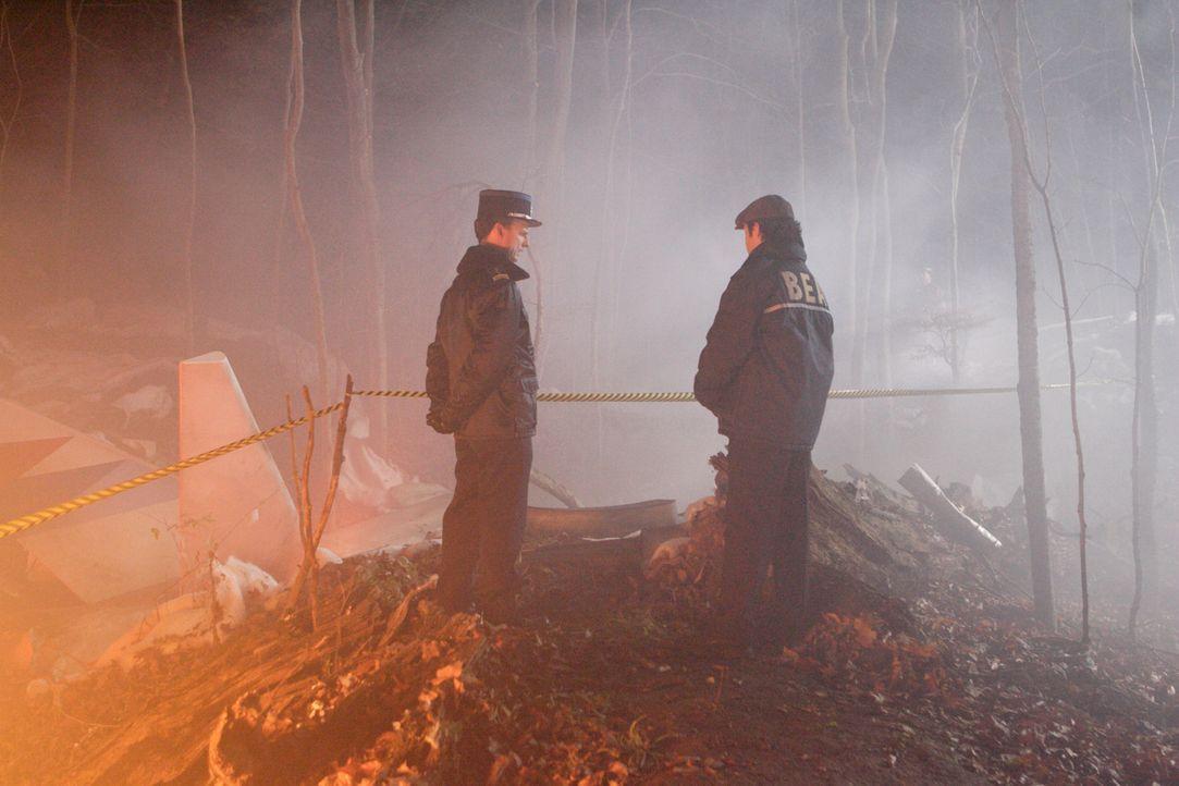 Französische Polizisten begeben sich zur Spurensicherung auf den Odilienberg: Nach dem Absturz eines Airbus A320 am 20. Januar 1992 im Elsass ist de... - Bildquelle: Ian Watson Cineflix 2009