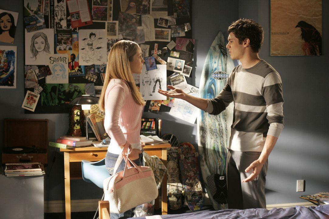 Taylor (Autumn Reeser, l.) versucht alles, um an Seth (Adam Brody, l.) ran zu kommen. Doch wird sie eine Chance haben? - Bildquelle: Warner Bros. Television