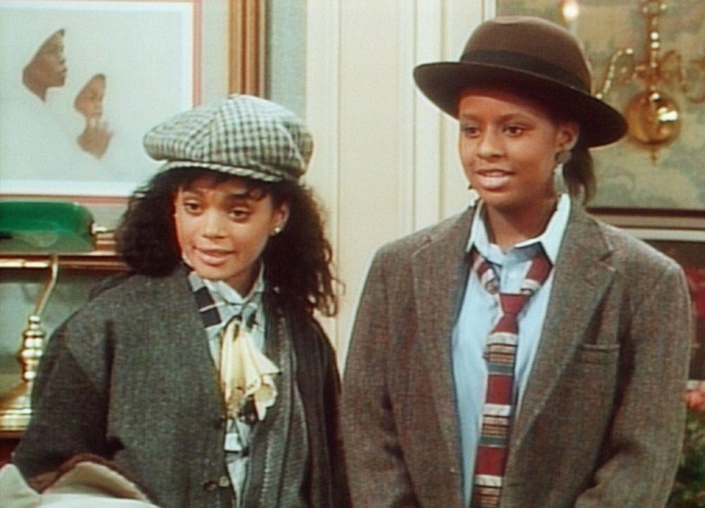Denise (Lisa Bonet, l.) und Vanessa (Tempsett Bledsoe, r.) haben sich für den Besuch im Village mit den Klamotten ihres Vaters ausstaffiert. - Bildquelle: Viacom