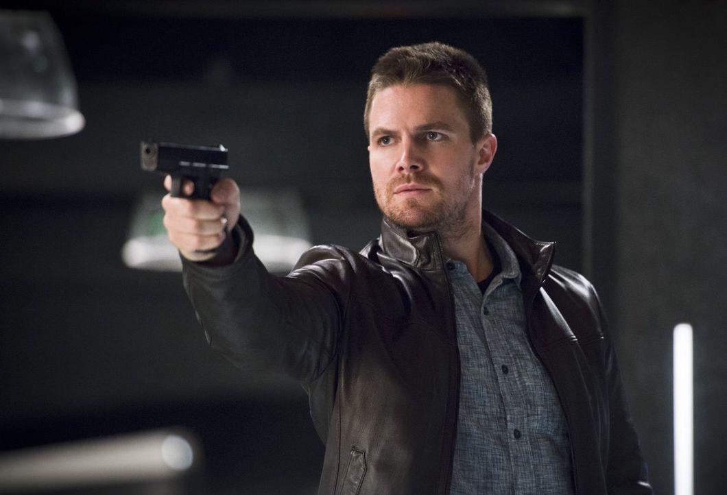 In Central City macht Oliver (Stephen Amell) eine Begegnung, die bei ihm für einige Verwirrung sorgt ... - Bildquelle: 2015 Warner Brothers.