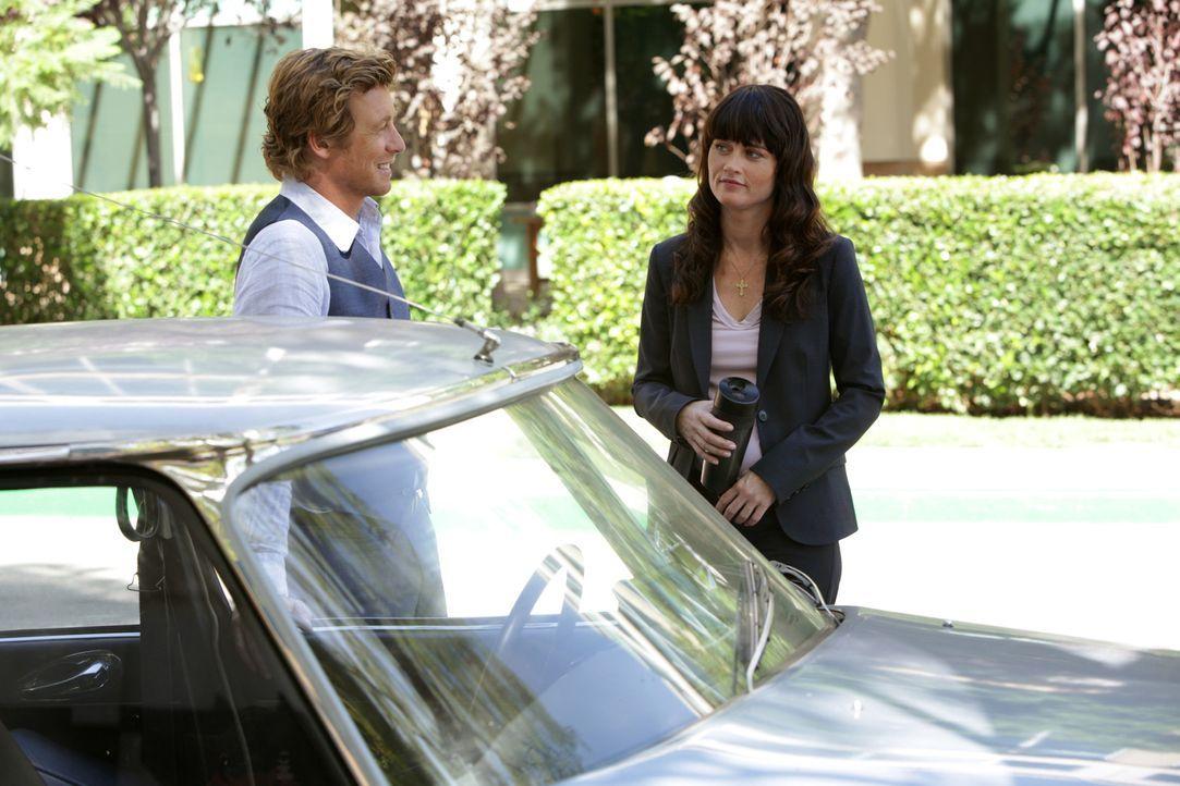 Gemeinsam versuchen Patrick Jane (Simon Baker, l.) und Teresa Lisbon (Robin Tunney, r.) einen neuen fall zu lösen ... - Bildquelle: Warner Bros. Television