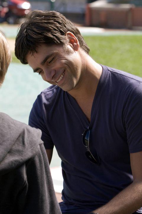 Tony (John Stamos) hat eine besondere Überraschung für Joshua, der an einer tödlichen Krankheit leidet ... - Bildquelle: Warner Bros. Television