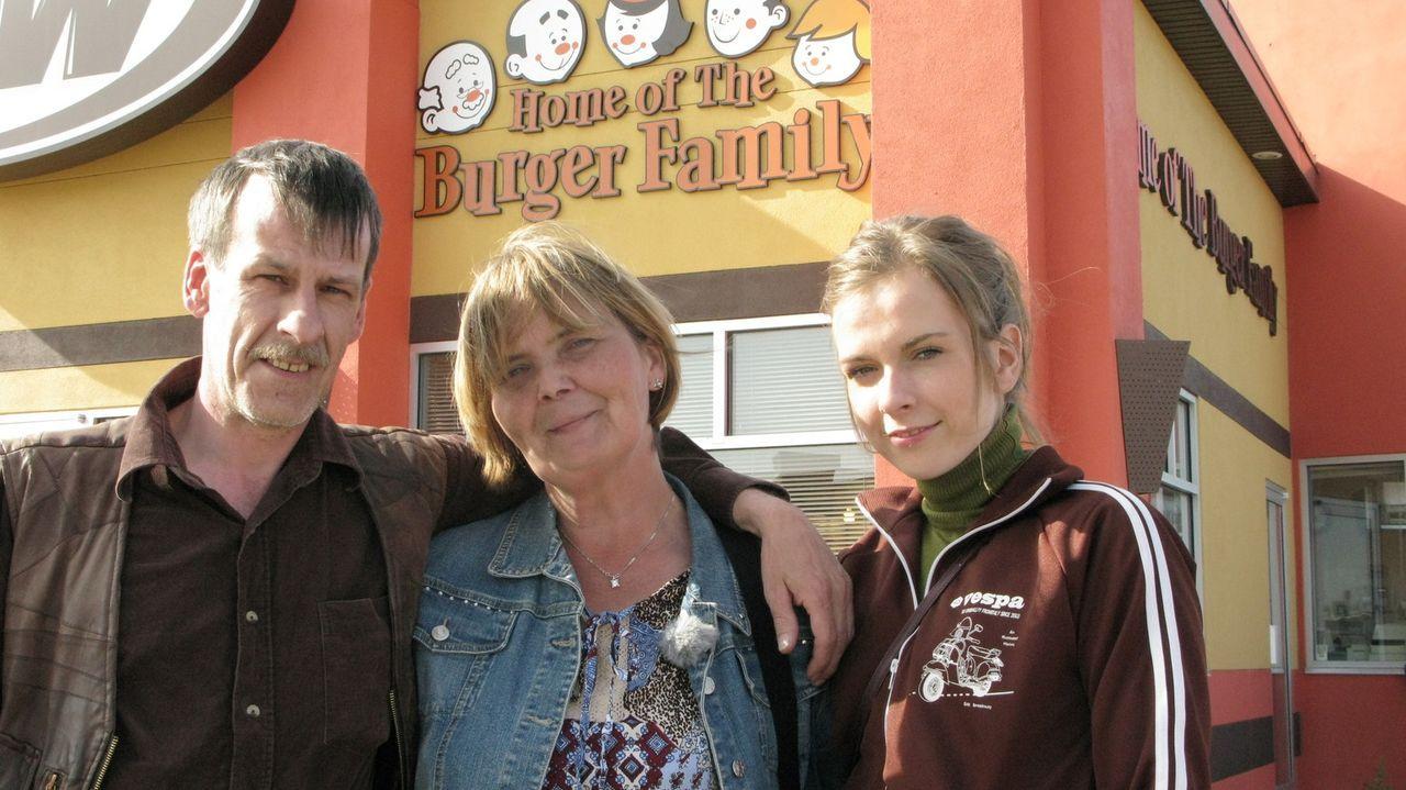 Jetzt sind die Koffer gepackt und Michael (l.), Sylvia (M.) und Julia Burger kehren Herscheid im Sauerland den Rücken und wandern nach Kanada aus ... - Bildquelle: kabel eins