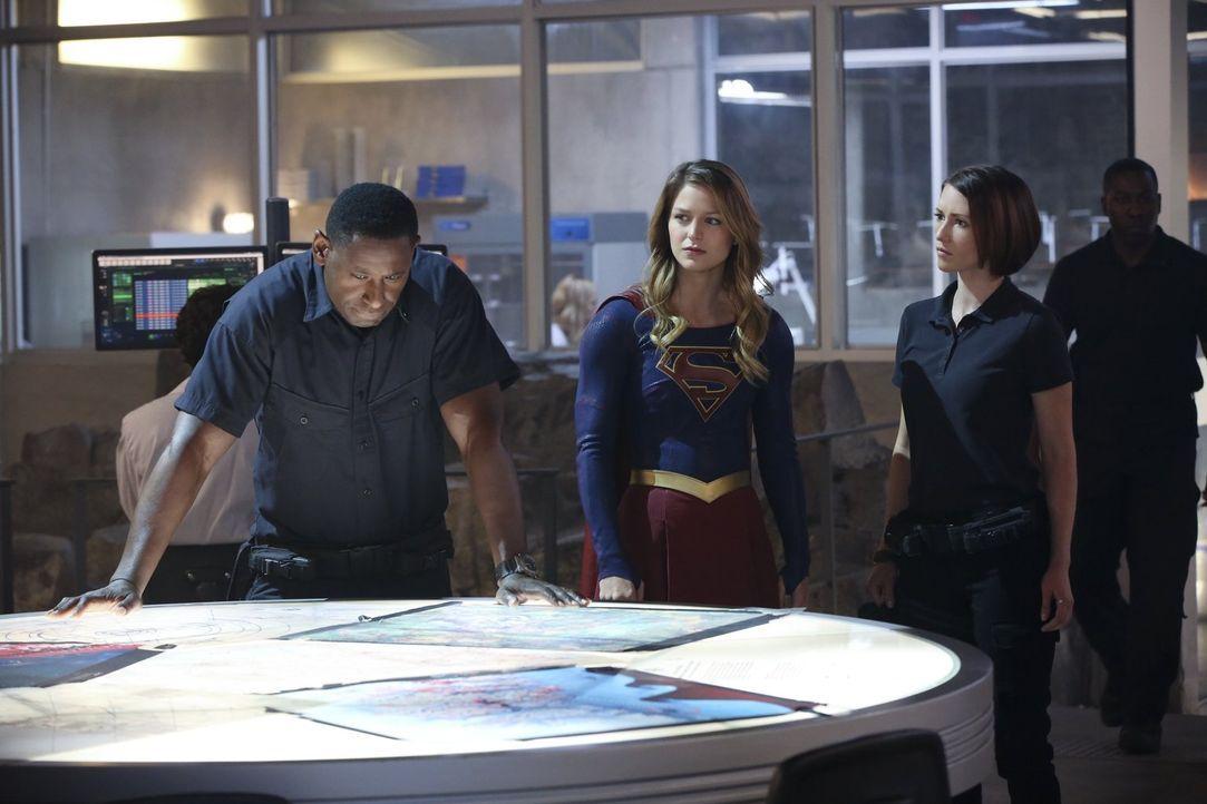 Während Hank (David Harewood, l.) und Alex (Chyler Leigh, r.) sich selbst um die Bedrohung kümmern wollen, die von Karas (Melissa Benoist, M.) Tante... - Bildquelle: 2015 Warner Bros. Entertainment, Inc.