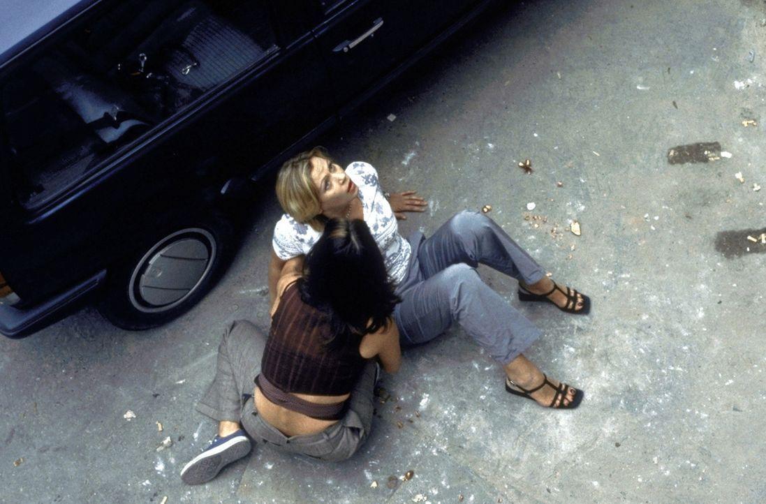 Als Marie (Jennifer Nitsch, r.) und Conny (Katharina Müller-Elmau, l.) auf einer Baustelle stürzen, erscheint ein überaus attraktiver Retter ... - Bildquelle: ProSieben
