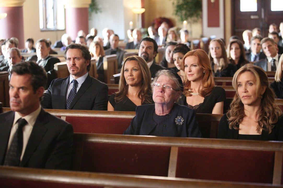 Können nicht glauben, dass Mike Tod ist: (v.l.n.r.) Bob (Tuc Watkins), Ben (Charles Mesure), Renee (Vanessa Williams), Carlos (Ricardo Antonio Chavi... - Bildquelle: ABC Studios