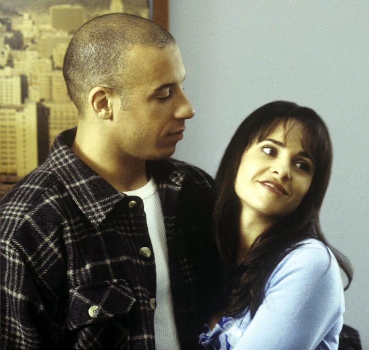 Nach dem Tod seiner über alles geliebten Frau Stacy (Jacqueline Obradors, r.) hat Vetter (Vin Diesel, l.) nichts mehr zu verlieren und versucht mit... - Bildquelle: Warner Bros. GmbH