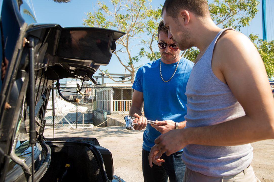 Was haben Zarabozo (Brandon Beers, l.) und Archer (Reg Taylor, r.) mit dem Verschwinden der Passagiere auf einer Yacht zu tun? - Bildquelle: Craig Lenihan Cineflix 2013