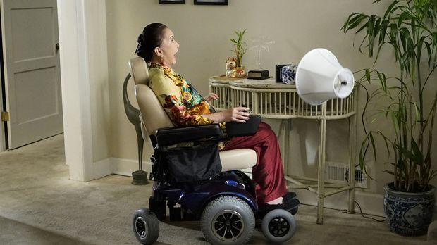 Ob Oma Huang (Lucille Soong) sich ihre Fahrt im Rollstuhl so vorgestellt hatt...