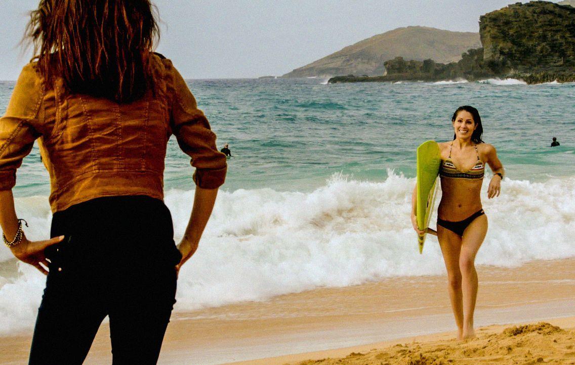 Kono (Grace Park, l.) glaubt, dass ihr Freund ein Geheimnis hat und bittet Catherine (Michelle Borth, r.) deshalb um Hilfe, während die Leiche eines... - Bildquelle: 2013 CBS Broadcasting, Inc. All Rights Reserved.