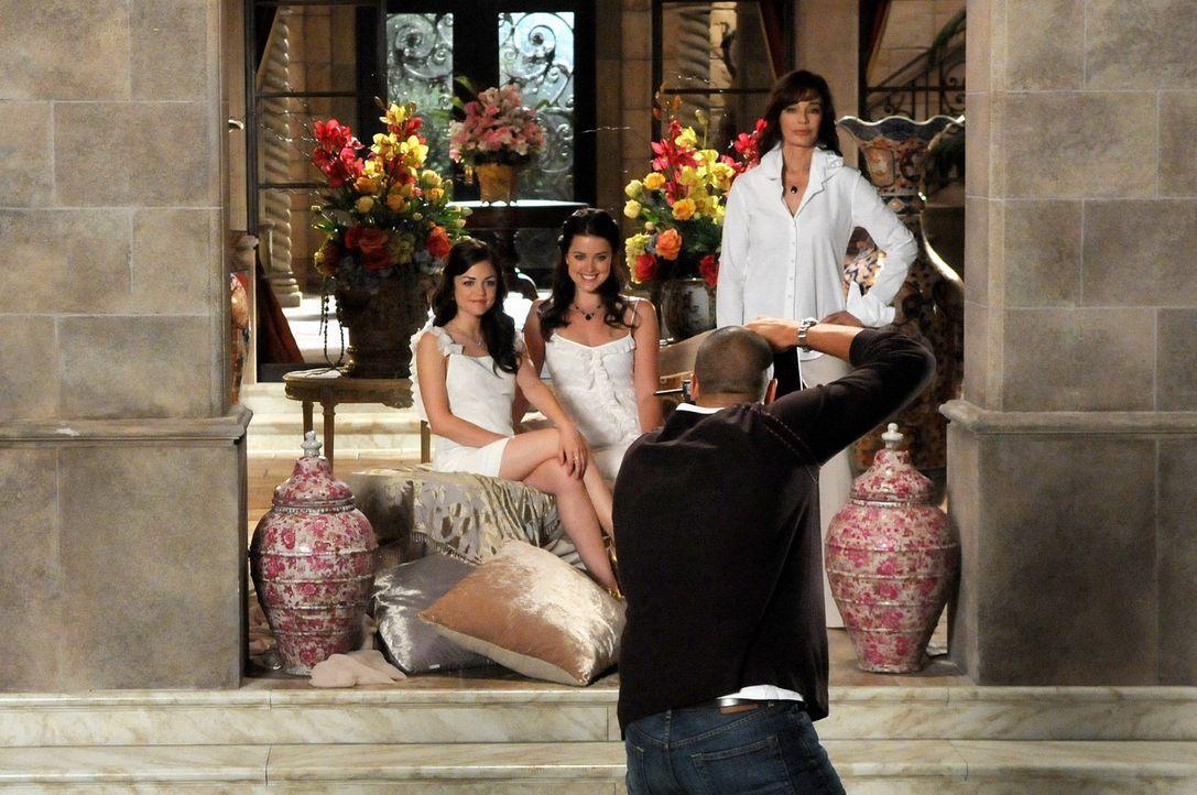 Im Fokus des Fotografen Rocco Zaretti (Nigel Barker): Sage (Ashley Newbrough, M.), Rose (Lucy Hale, l.) und Laurel Limoges (Anne Archer, r.) posiere... - Bildquelle: Warner Bros. Television
