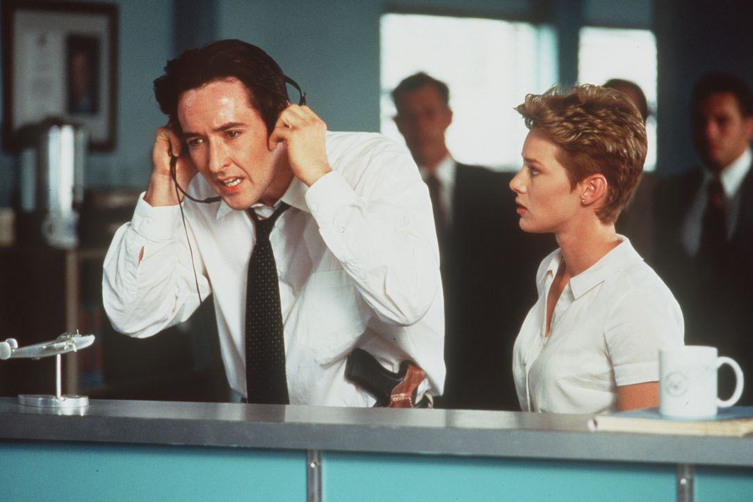 Während U.S. Marshall Vince Larkin (John Cusack, l.) und Ginny (Angela Featherstone, r.) am Boden versuchen, die Verbrecher an der Übernahme des J... - Bildquelle: Buena Vista International