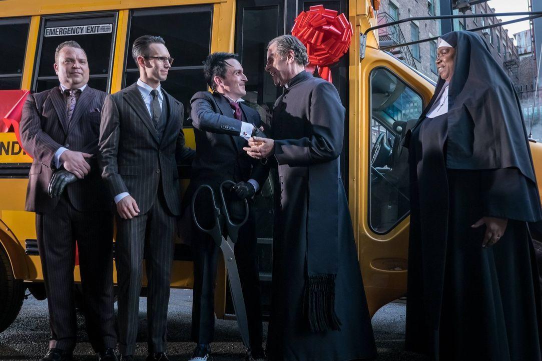 Penguin (Robin Lord Taylor, M.) lässt sich als neuer Bürgermeister feiern, während Butch (Drew Powell, l.) alles versucht, um Nygma (Cory Michael Sm... - Bildquelle: Warner Brothers