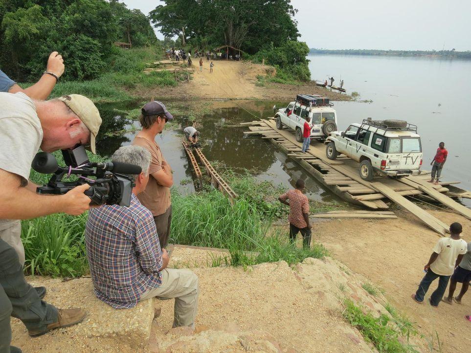 Anthony Bourdain (2.v.l.) reist in den Kongo. Das Land, das einst durch seine Industrialisierung eine herausragende Rolle in Afrika spielte, droht i... - Bildquelle: 2013 Cable News Network, Inc. A TimeWarner Company. All rights reserved.