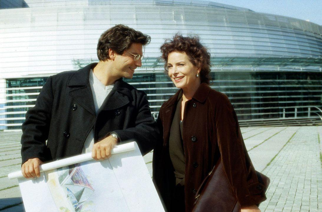 Der junge Architekt Paulus (Francis-Fulton Smith, l.), ein Mitarbeiter ihres Mannes, versucht Martina Goldbeck (Gudrun Landgrebe, r.) zu helfen. - Bildquelle: Erika Hauri Sat.1