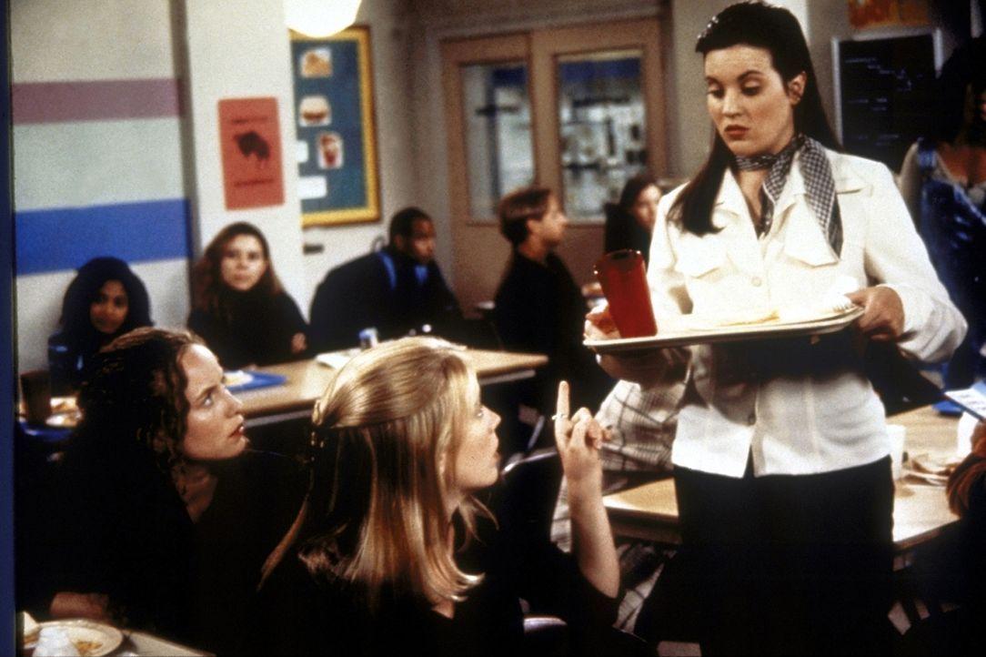 Libby (Jenna Leigh Green, r.) ist das beliebteste Mädchen an der Schule. Da sie zudem herrschsüchtig und zickig ist, gerät sie schnell mit Sabrin... - Bildquelle: Paramount Pictures