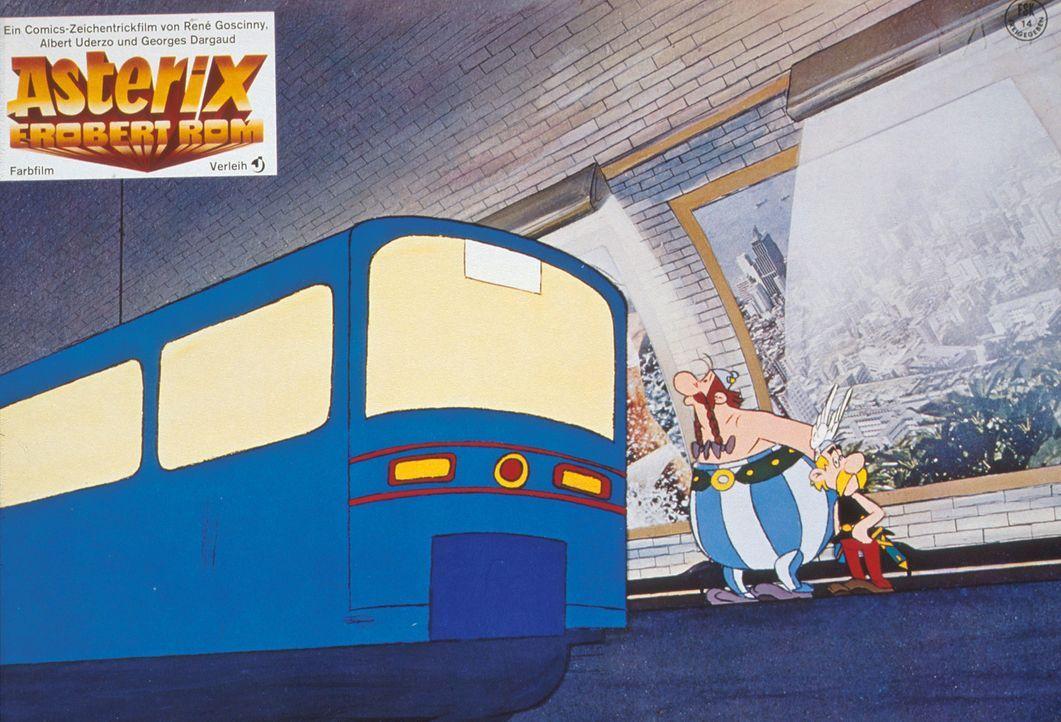 Nicht einmal die römische U-Bahn kann Asterix (r.) und Obelix (l.) aus der Fassung bringen ... - Bildquelle: Jugendfilm-Verleih GmbH