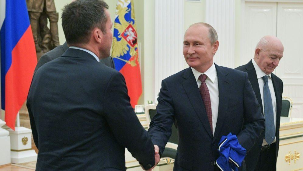 Matthäus (l.) beim Handshake mit Putin (r.) im Kreml - Bildquelle: AFPSputnikSIDALEXEI DRUZHININ