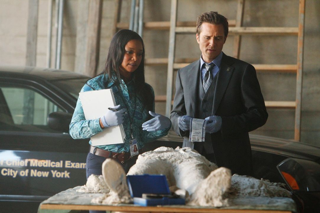 Die Studentin Jane Herzfeld wird erschossen und einbetoniert aufgefunden. Lanie Paris (Tamala Jones, l.) berichtet Kevin Ryan (Seamus Dever, r.), wa... - Bildquelle: 2011 American Broadcasting Companies, Inc. All rights reserved.