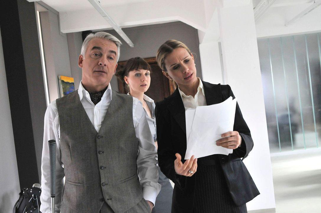 Wenn Maximilian (Christoph M. Ohrt, l.) schon mal im Büro auftaucht, vertreibt er sich die Zeit gern mit Zimmer-Minigolf und überlässt die Arbeit se... - Bildquelle: Jacqueline Krause-Burberg Sat.1