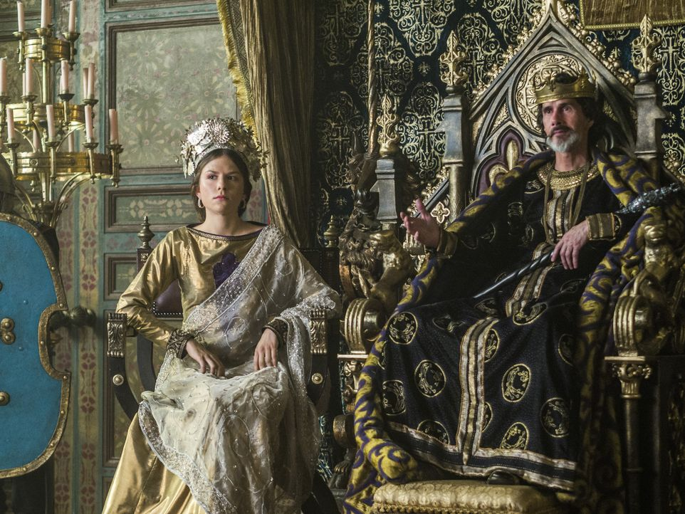 Nach Ragnars letztem Schachzug und zum Wohle von Paris, bietet Kaiser Karl (Lothaire Bluteau, r.) die Hand seiner Tochter Prinzessin Gisla (Morgane... - Bildquelle: 2015 TM PRODUCTIONS LIMITED / T5 VIKINGS III PRODUCTIONS INC. ALL RIGHTS RESERVED.
