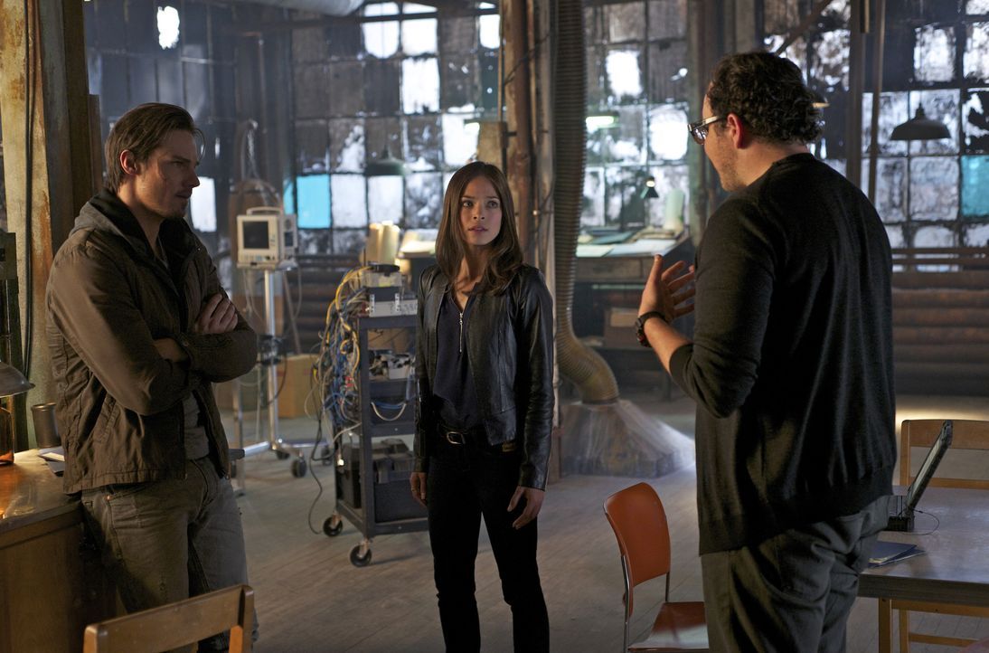 Durch seine Blackouts bringt Vincent (Jay Ryan, l.) nicht nur sich selbst, sondern auch seine Freunde Cat (Kristin Kreuk, M.) und J.T. (Austin Basis... - Bildquelle: Sven Frenzel 2012 The CW Network, LLC. All rights reserved.