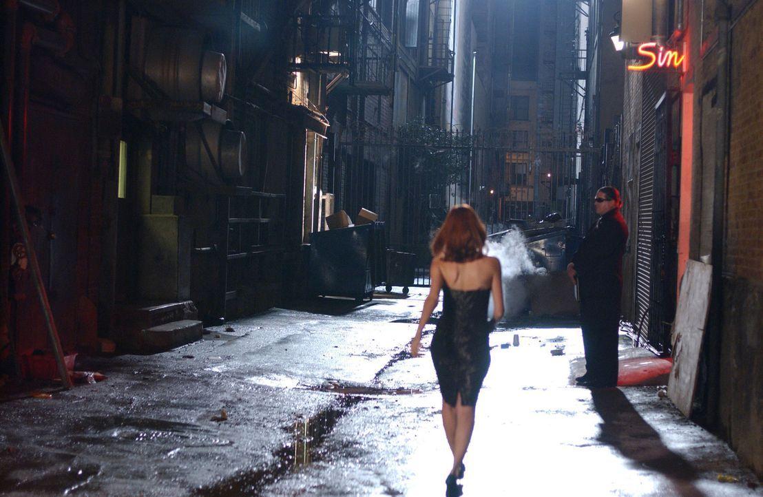 Als Holly eines Tages zufällig sieht, wie Tess (Allison Lange) sich genau wie sie anzieht, ihre Haare färbt und so in einen Erotik-Club geht, wird i... - Bildquelle: 2005 Sony Pictures Home Entertainment Inc. All Rights Reserved.