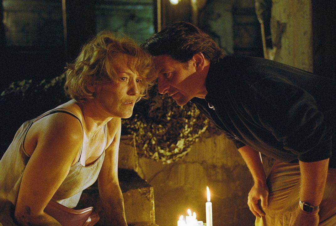 Ellen (Suzanne von Borsody, l.) versteht schnell, dass Leon (Max Tidof, r.) ein intelligenter, aber größenwahnsinniger Psychopath ist, der offenba... - Bildquelle: Norbert Kuhroeber Sat.1