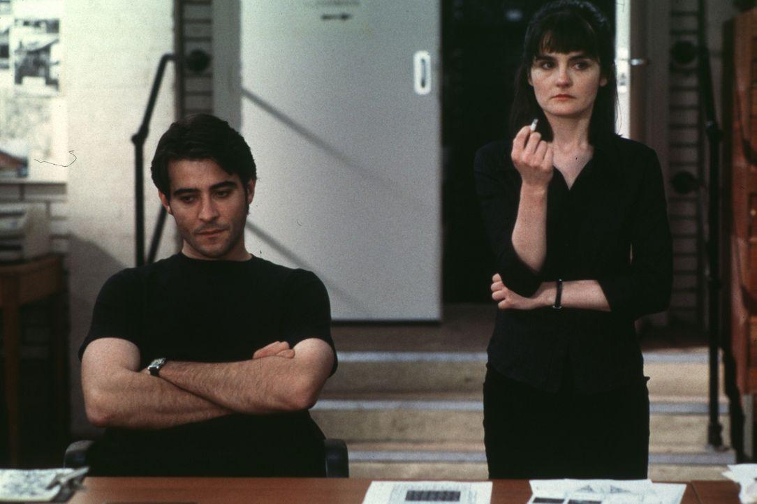 Weil sich die Polizistin D. I. Losey (Shirley Henderson, r.) das Rauchen abgewöhnen möchte, sucht sie den Hypnose-Arzt Dr. Michael Strother (Goran...