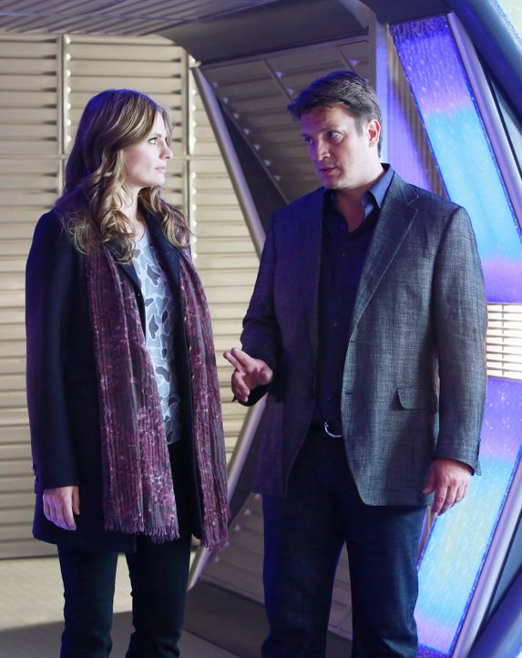 Castle (Nathan Fillion, r.) und Beckett (Stana Katic, l.) untersuchen einen Mord, der auf einer Science-Fiction-Convention stattgefunden hat ... - Bildquelle: 2012 American Broadcasting Companies, Inc. All rights reserved.