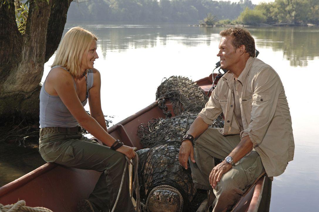 Nachdem das Krokodil ausgeschaltet ist, machen sich Mitch (Christian Tramitz, r.) und Ann (Doreen Jacobi, l.) daran, die skrupellosen Tierhändler a... - Bildquelle: Laurent Trümper ProSieben