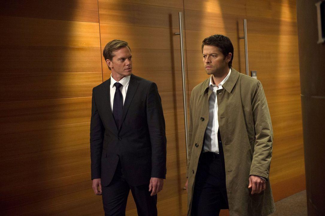 Will Bartholomew (Adam Harrington, l.) wirklich mit Castiel (Misha Collins, r.) in alten Geschichten schwelgen oder braucht er seinen alten Freund f... - Bildquelle: 2013 Warner Brothers