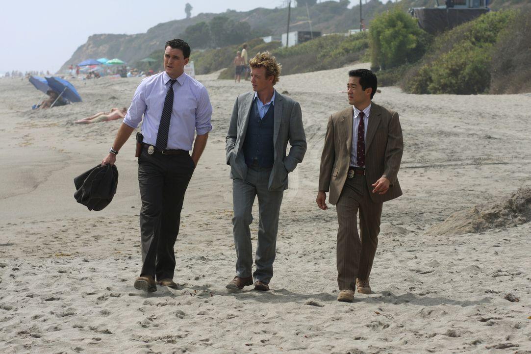 Patrick Jane (Simon Baker, M.) soll mit seinen Kollegen Wayne Rigsby (Owain Yeoman, l.) und Kimball Cho (Tim Kang, r.)  den Mord an der fünfzehnjähr... - Bildquelle: Warner Bros. Television
