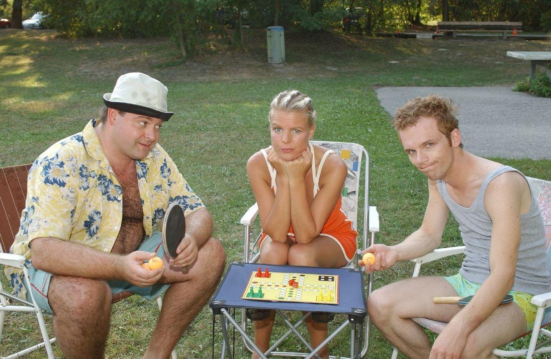 """Mirja (Mirja Boes, M.) und Ralf (Ralf Schmitz, r.) haben keine Lust auf """"Mensch-Ärgere-dich-nicht"""" spielen. Aber Markus (Markus Majowski, l.) weiß e... - Bildquelle: Oliver Schulze Sat.1"""