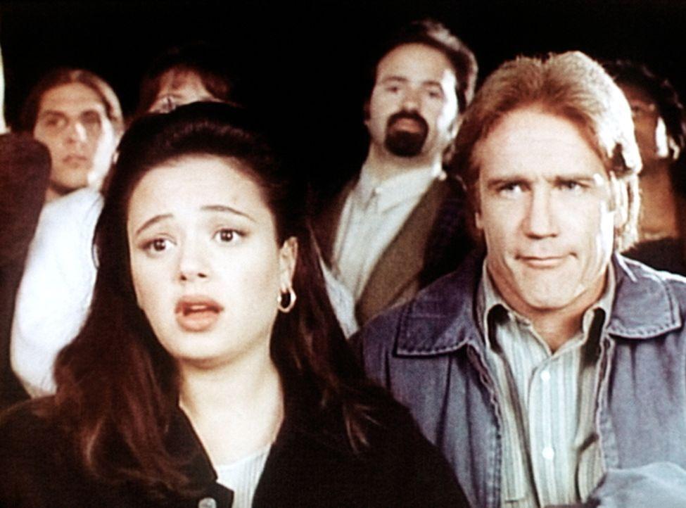 Die Anwaltsgehilfin Agnes (Leah Remini, l.) und Steve Sloan (Barry Van Dyke, r.) beobachten einen merkwürdigen Unfall. - Bildquelle: Viacom
