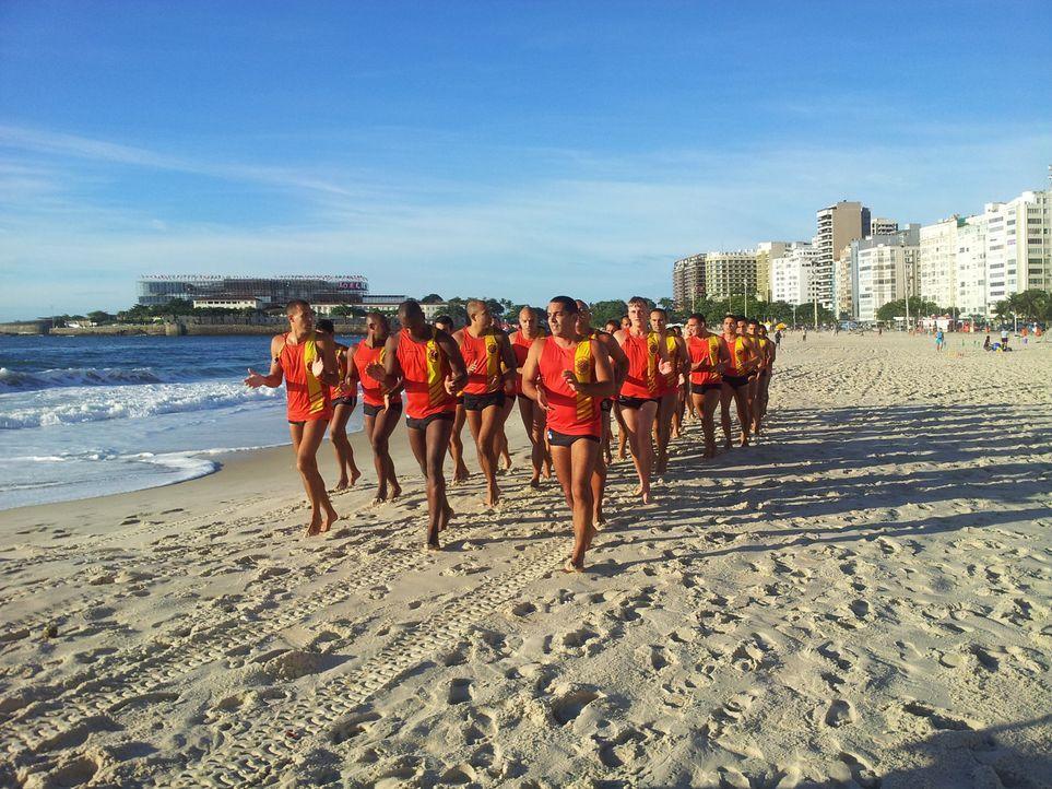Militärischer Drill an der Copacabana  - für David (vorne r.) ganz was neues ... - Bildquelle: kabel eins