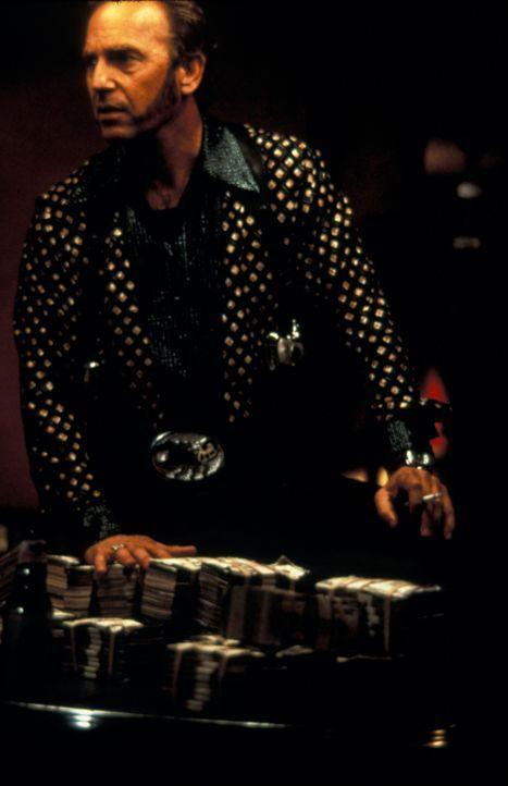 """Der eiskalte Killer Murphy (Kevin Costner) ist seit langem davon überzeugt, ein unehelicher Sohn des """"Kings"""" zu sein und deshalb Anspruch auf das P... - Bildquelle: Francise Pictures"""