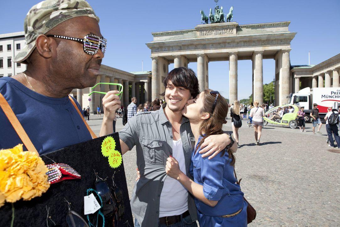 Während Bea (Vanessa Jung, r.) und Ben (Christopher Kohn, M.) ein gemeinsames romantisches Wochenende in Berlin verbringen, ist Michael von Beas L - Bildquelle: SAT.1