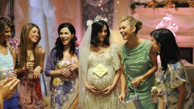Glückliche Runde: Adrianna (Jessica Lowndes, 3.v.r.) will Navid heiraten. Die...