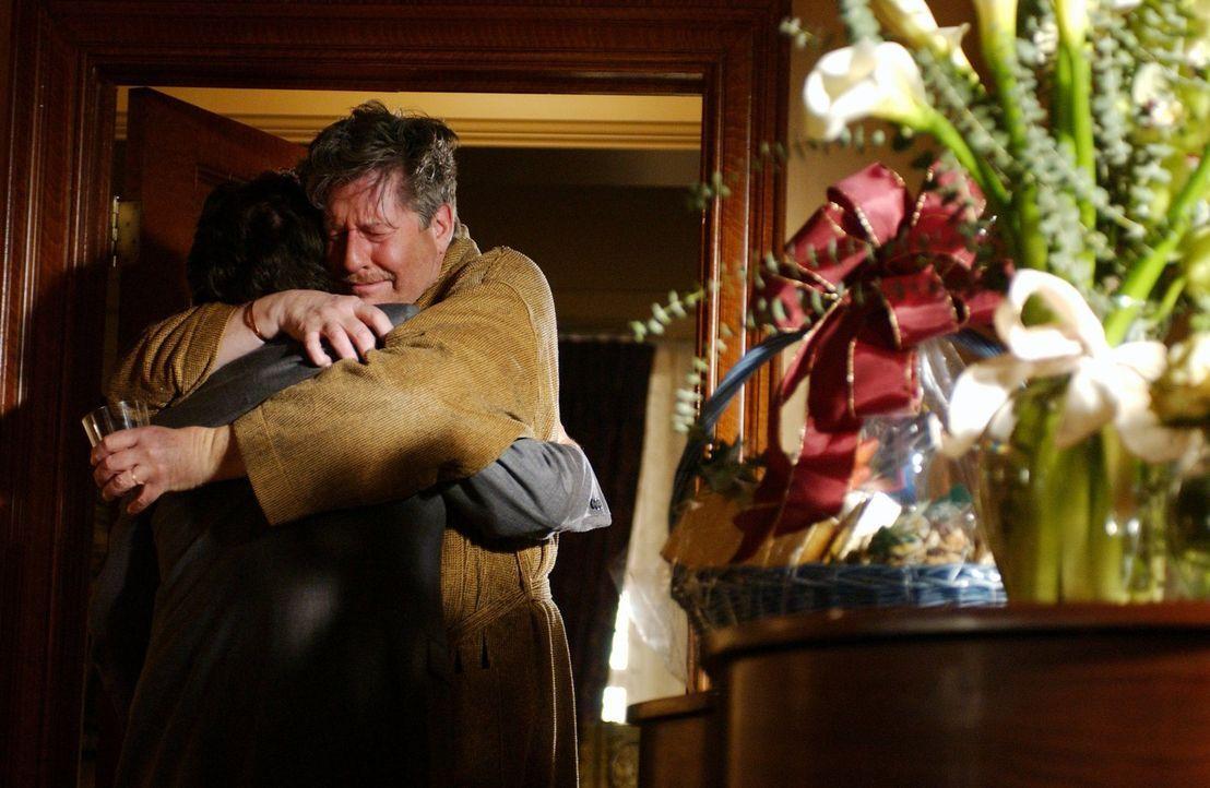 Richards (Edward Herrmann) Mutter verstirbt unerwartet. Als Emily bei der Organisation der Beerdigung auf einen Brief von Trixie an Richard stößt, h... - Bildquelle: 2003 Warner Bros.