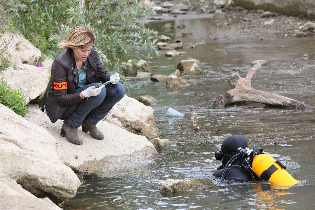 Auf der Suche nach der Mordwaffe und dem Motiv macht Fred (Vanessa Valence, l.) eine erstaunliche Entdeckung ... - Bildquelle: 2011 BEAUBOURG AUDIOVISUEL