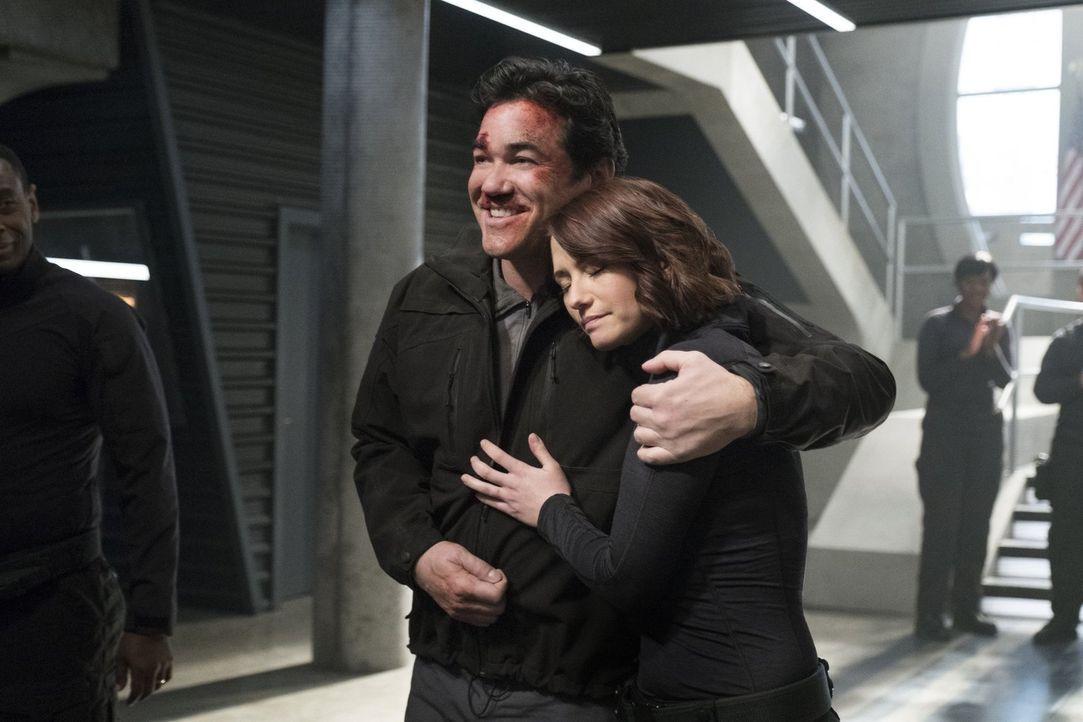 Alex (Chyler Leigh, r.) könnte nicht glücklicher sein, ihren jahrelang vermissten Vater (Dean Cain, l.) endlich zurück zu haben. Aber was steckt wir... - Bildquelle: 2016 Warner Brothers